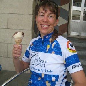 Cyclist wearing Ciclismo gelato jersey while holding ice cream cone