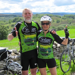 Cyclists wearing Ciclismo olive oil jerseys