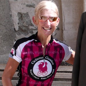 Female cyclist wearing Ciclismo pink wine jersey