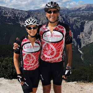Cyclists wearing Ciclismo red wheel jerseys