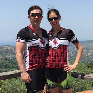 Cyclists wearing Ciclismo red wine jerseys